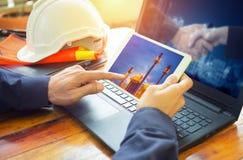 Coordenador que trabalha com portátil Imagem de Stock
