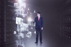 Coordenador que trabalha com telas virtuais fotografia de stock royalty free