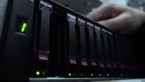 Coordenador que trabalha em um centro de dados Inserção do disco rígido Conceito video estoque