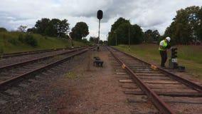 Coordenador que usa o portátil na trilha railway video estoque