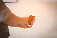 Coordenador que usa o telefone esperto Imagem de Stock