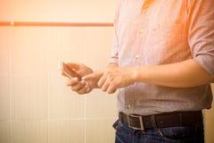 Coordenador que usa o telefone esperto Imagem de Stock Royalty Free