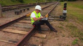 Coordenador Railway com o portátil no Walkietalkie filme