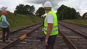 Coordenador Railway que fala no Walkietalkie video estoque