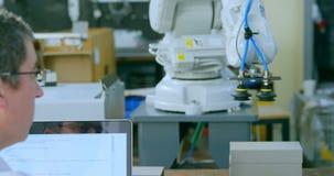 Coordenador robótico para examinar a máquina robótico no armazém 4k filme
