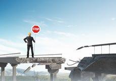Coordenador seguro que guarda o sinal de segurança da rua Imagem de Stock