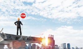 Coordenador seguro que guarda o sinal de segurança da rua Imagens de Stock