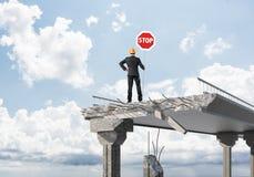 Coordenador seguro que guarda o sinal de segurança da rua Imagem de Stock Royalty Free
