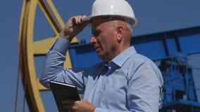 Coordenador Working do petróleo em extrair a indústria petroleira com agenda Gestur disponivel imagem de stock