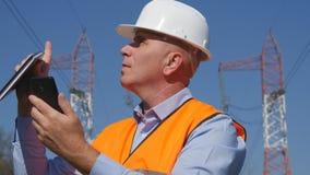 Coordenador Working na manutenção usando uma comunicação do telefone celular fotografia de stock royalty free