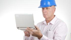 Coordenador Working Using um portátil que alcança na linha informação técnica fotografia de stock royalty free
