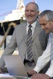 Coordenadores da plataforma petrolífera que estudam plantas fotos de stock royalty free