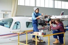 Coordenadores de aviação que instalam a turbina Foto de Stock Royalty Free