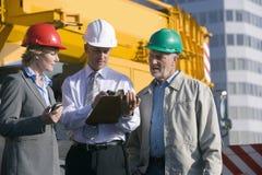 Coordenadores de construção que tomam notas Foto de Stock