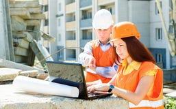 Coordenadores de construção que trabalham junto Imagens de Stock Royalty Free