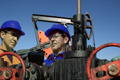 Coordenadores do petróleo no trabalho com PC da tabuleta Imagem de Stock