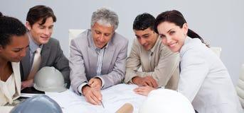 Coordenadores em uma reunião que estudam plantas Fotografia de Stock
