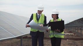 Coordenadores na exploração agrícola solar Fotos de Stock Royalty Free