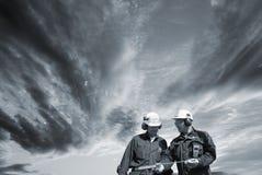 Coordenadores que andam sob nuvens escuras Imagem de Stock Royalty Free