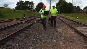 Coordenadores que inspecionam a estrada de ferro video estoque