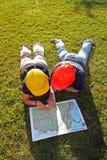 Coordenadores que lêem um mapa Foto de Stock Royalty Free