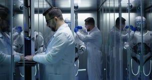 Coordenadores que testam em controles do robô imagens de stock