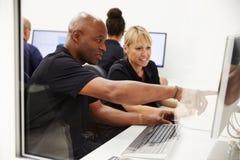 Coordenadores que usam o sistema de CAD no estúdio do projeto imagens de stock royalty free