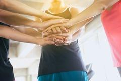 Coordination de main des personnes de groupe motivées, de l'équipe sportive attirante et se tenante ou joindre des mains ensemble photographie stock