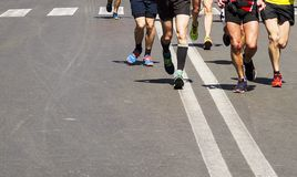 Coordonnée d'un groupe de coureurs pendant un marathon de ville Photographie stock