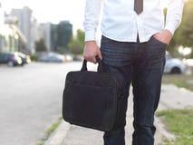 Coordonnée d'un homme d'affaires tenant une serviette images libres de droits