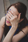 Coordonnée d'une fille cachant son visage Photographie stock