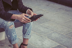 Coordonnée d'une fille travaillant avec son comprimé Photographie stock