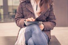 Coordonnée d'une jeune femme travaillant avec son comprimé Image libre de droits