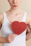 Coordonnée de jeune femme tenant le coeur rouge de scintillement Image libre de droits