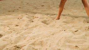 Coordonnée de joueur féminin de volleyball à la plage scène Plan rapproché d'une femme sur le sable jouant le volleyball de plage photos stock