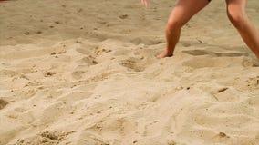 Coordonnée de joueur féminin de volleyball à la plage scène Plan rapproché d'une femme sur le sable jouant le volleyball de plage banque de vidéos