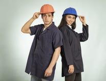 Coordonnée de vrais homme et femme de mécanicien photographie stock