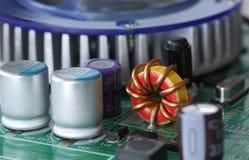 Coordonnée des circuits, des câbles et des conseils à l'intérieur d'une unité centrale de traitement à partir d'un ordinateur de  images stock