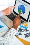 Coordonnée des hommes d'affaires se dirigeant à l'écran d'ordinateur portable Image libre de droits