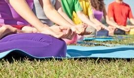 Coordonnée des personnes dans le lotus de yoga Photos libres de droits