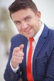 Coorporate-employeer, das Sie durch das Zeigen des Fingers auf die Kamera wählt Stockbild