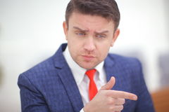 Coorporate-employeer, das Sie durch das Zeigen des Fingers wählt Lizenzfreie Stockfotos