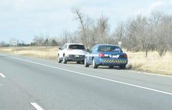 Cop Auto die over Auto met Lichten trekken Royalty-vrije Stock Afbeelding