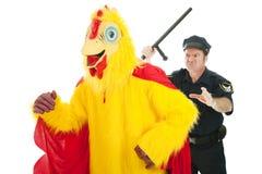 Cop chassant l'homme de poulet Images libres de droits