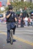 Cop de bicyclette faisant le contrôle de foule Photographie stock libre de droits