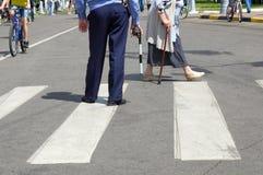 Cop met een staaf op het zebrapad stock fotografie