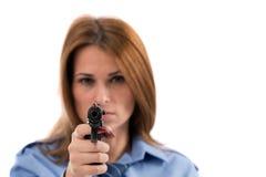 Cop van de dame het stellen met kanon op witte achtergrond Royalty-vrije Stock Afbeeldingen