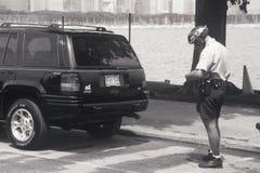 Cop van de fiets het schrijven kaartje Stock Foto's