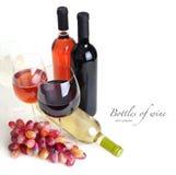 Copa, botellas de vino y uvas foto de archivo libre de regalías