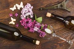 Copa con las lilas y las decoraciones violetas Imagen de archivo libre de regalías